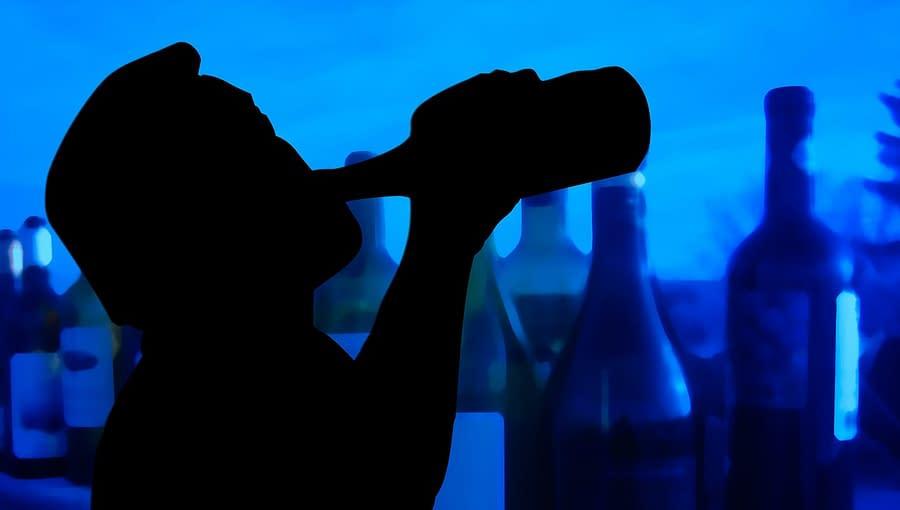 Hình bóng của người đàn ông uống rượu