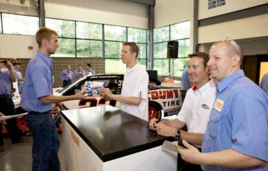 Trình điều khiển của Penske NASCAR Kurt Busch và Brad Keselowski đến thăm Mazak ở Florence, KY
