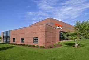 Trung tâm Công nghệ Đông Bắc Mazak chỉ cách Sân bay Quốc tế Bradley ở Windsor Locks, Connecticut vài phút.